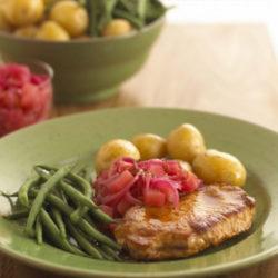 Gebratenes Schweinefleisch mit Apfelwein-Relish